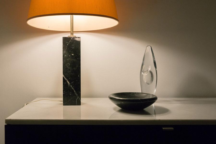 Lampada con base in marmo nero - Knoll